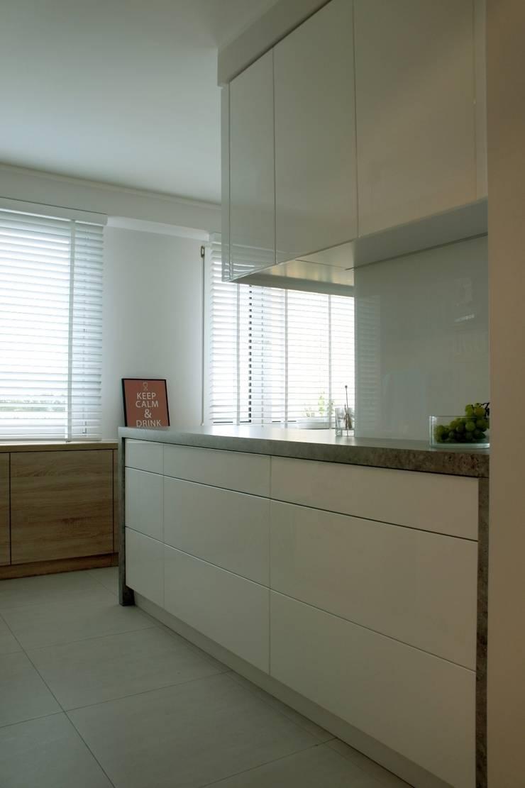 wielka płyta Płock - kuchnia i łazienka: styl , w kategorii Kuchnia zaprojektowany przez abostudio