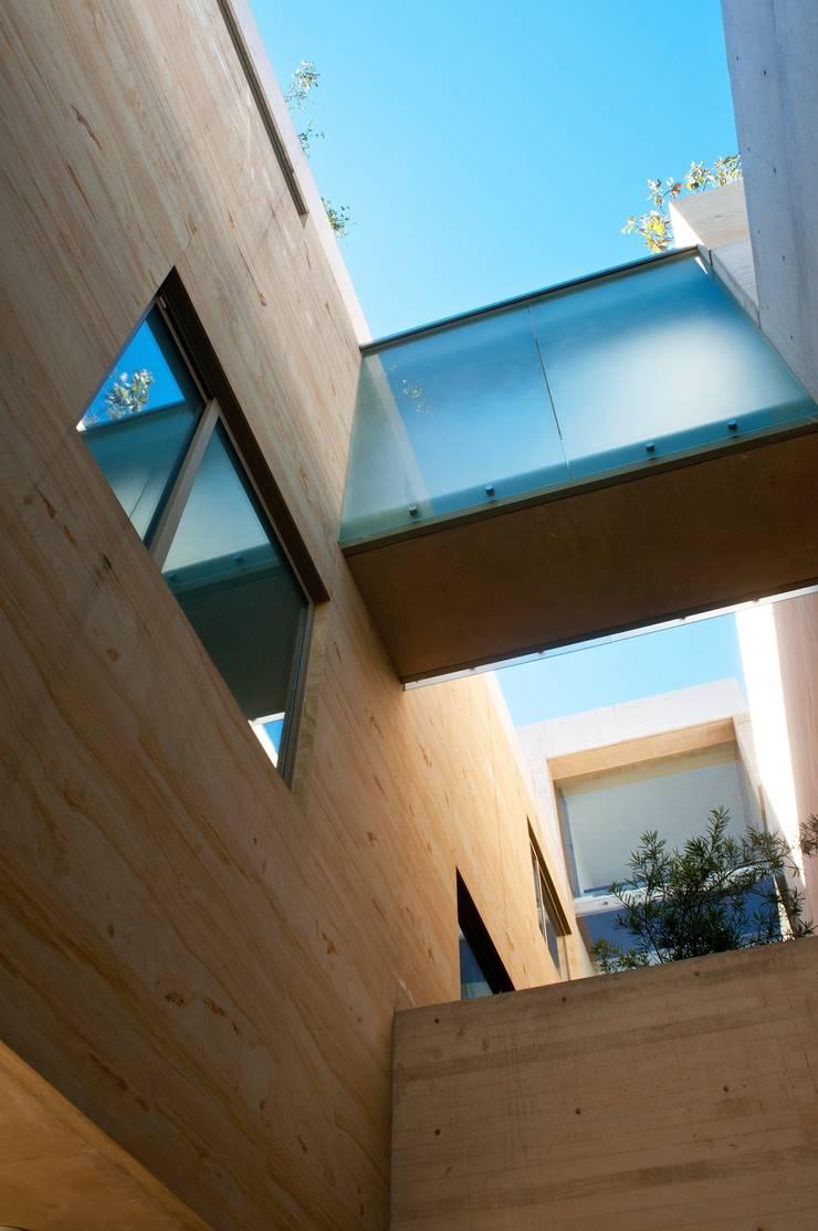 Casa AV: Pasillos y recibidores de estilo  por Gantous Arquitectos