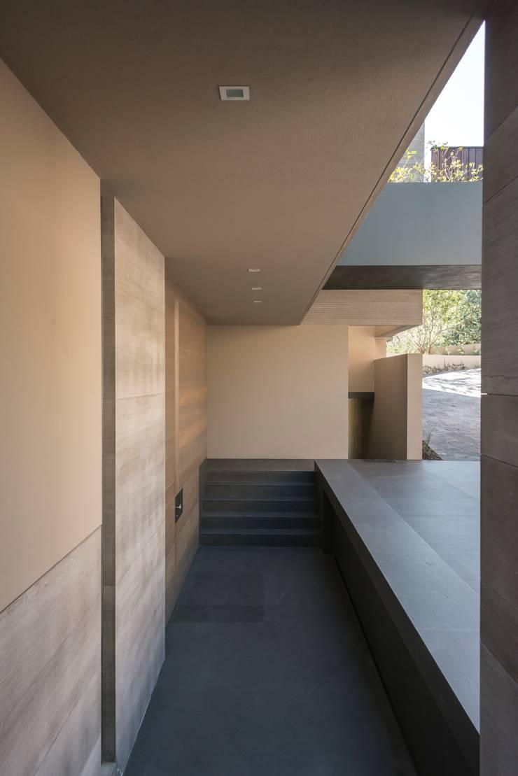 Couloir et hall d'entrée de style  par Gantous Arquitectos, Moderne