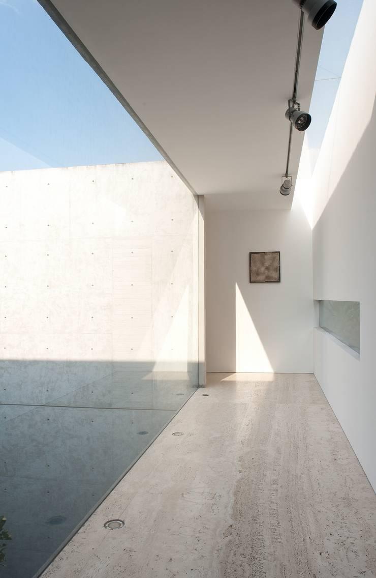 Penthouse Polanco: Pasillos y recibidores de estilo  por Gantous Arquitectos