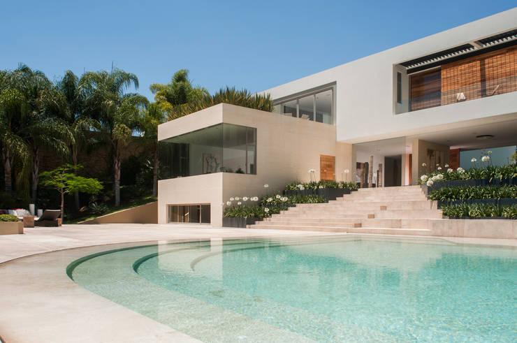 Piscina moderna di Gantous Arquitectos Moderno