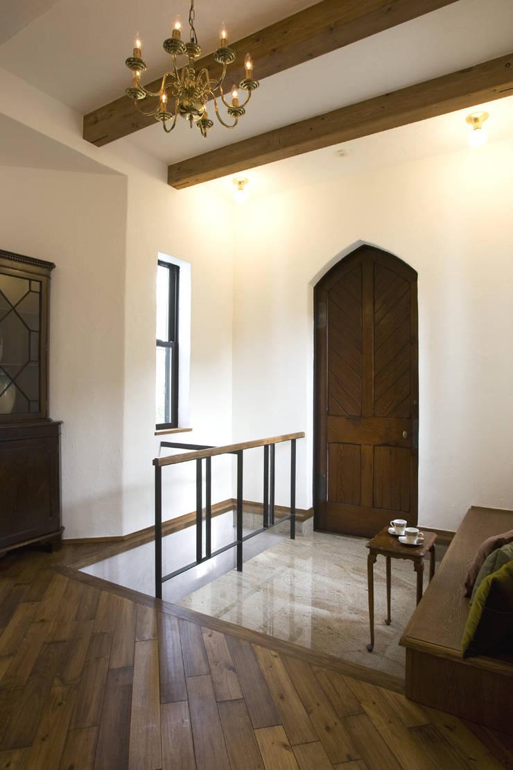 ちいさな塔の家: ソフトデザイン1級建築士事務所が手掛けた廊下 & 玄関です。,オリジナル