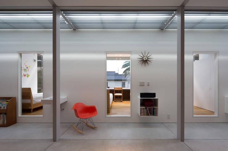 With 3 Kids, 2 Dogs and the Jungle: 森下建築総研/Osamu Morishita Architect & Associatesが手掛けたです。