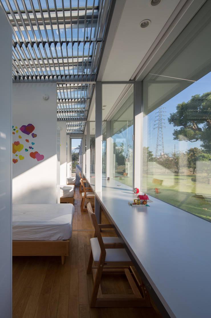 With 3 Kids, 2 Dogs and the Jungle: 森下建築総研/Osamu Morishita Architect & Associatesが手掛けた現代のです。,モダン