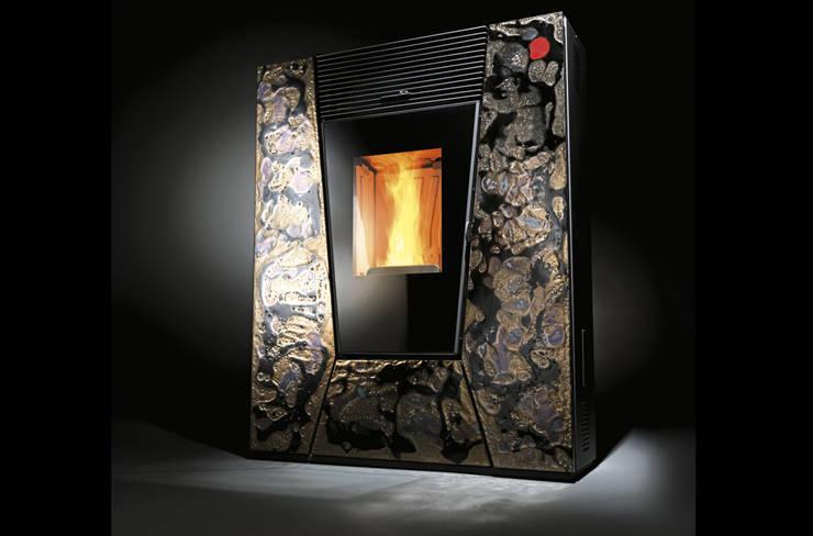 Suez+ Lava Collection: Soggiorno in stile in stile Moderno di CLAM Caminetti e Stufe
