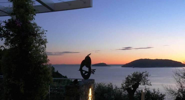 Panorama sul Golfo dei Poeti: Terrazza in stile  di Maurizio Grassi Architetto