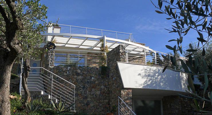 Materiali tradizionali e forme contemporanee: Case in stile in stile Moderno di Maurizio Grassi Architetto