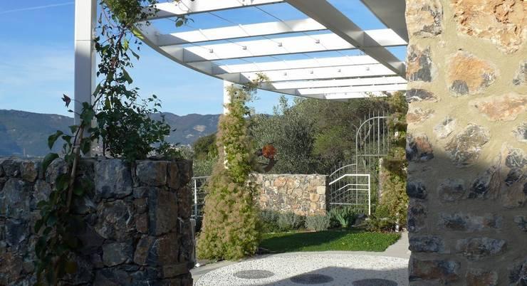 Pergolato sul fronte della casa: Case in stile  di Maurizio Grassi Architetto