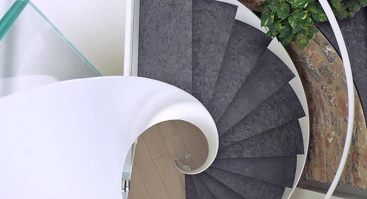 Scala a spirale: Ingresso, Corridoio & Scale in stile  di Maurizio Grassi Architetto
