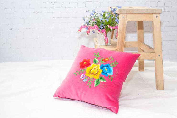 Poduszka haftowana: styl , w kategorii Sypialnia zaprojektowany przez Folkstar