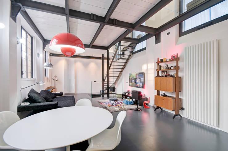 OrlHouse: Soggiorno in stile in stile Industriale di Studio Erre s.a.s.