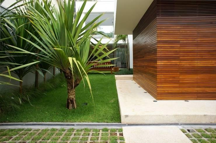 Casa Campo Belo – SP: Casas  por Barbara Filgueiras arquitetura,Moderno