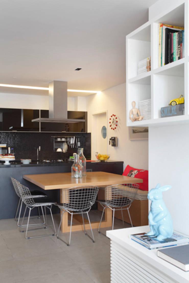 Apartamento Botafogo: Salas de jantar modernas por Barbara Filgueiras arquitetura