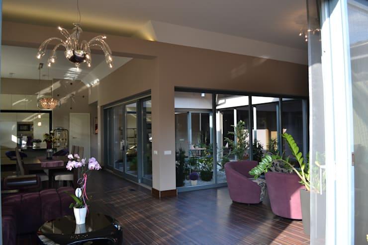 Dom z wewnętrznym PATIO: styl , w kategorii Salon zaprojektowany przez Autorskie Studio Projektu QUBATURA