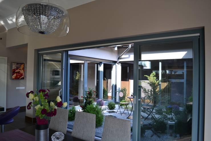 Dom z wewnętrznym PATIO: styl , w kategorii Jadalnia zaprojektowany przez Autorskie Studio Projektu QUBATURA