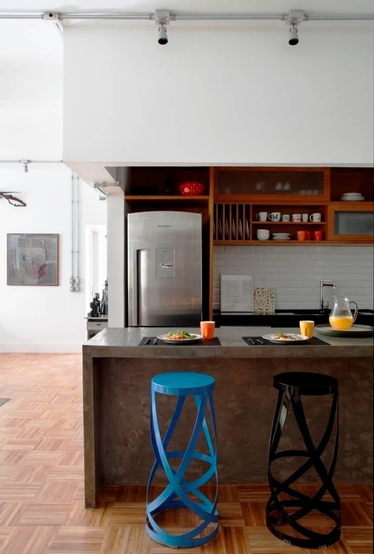 Apartamento Laranjeiras: Cozinhas  por Barbara Filgueiras arquitetura,