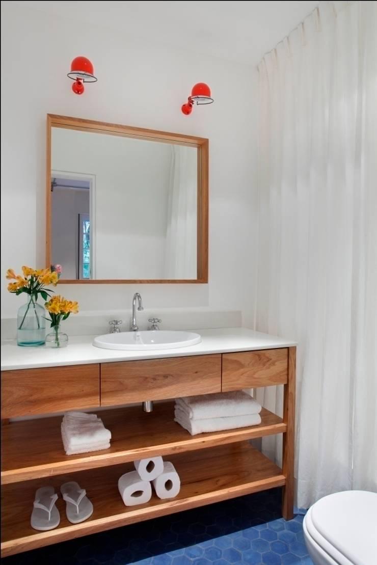 Apartamento Laranjeiras: Banheiros  por Barbara Filgueiras arquitetura,