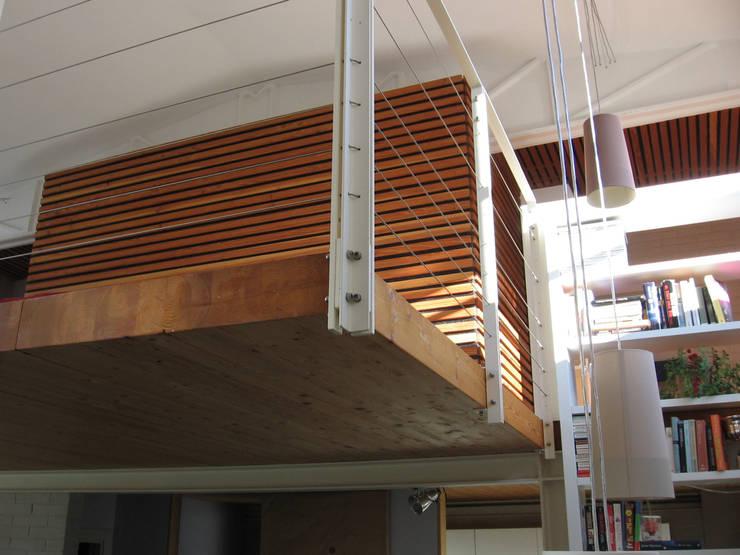 soppalco: Camera da letto in stile  di Studio Architettura x Sostenibilità