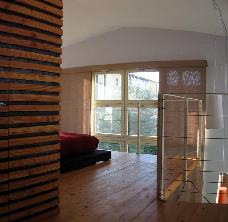 soppalco: Camera da letto in stile in stile Moderno di Studio Architettura x Sostenibilità