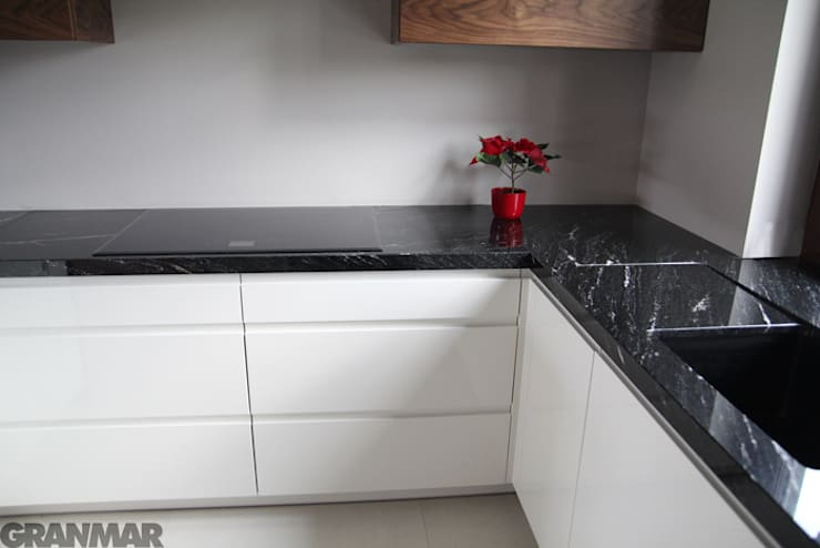 Blat kuchenny - granit Via Lactea GRANMAR Sp. z o. o. : styl , w kategorii Kuchnia zaprojektowany przez GRANMAR Borowa Góra - granit, marmur, konglomerat kwarcowy,Nowoczesny