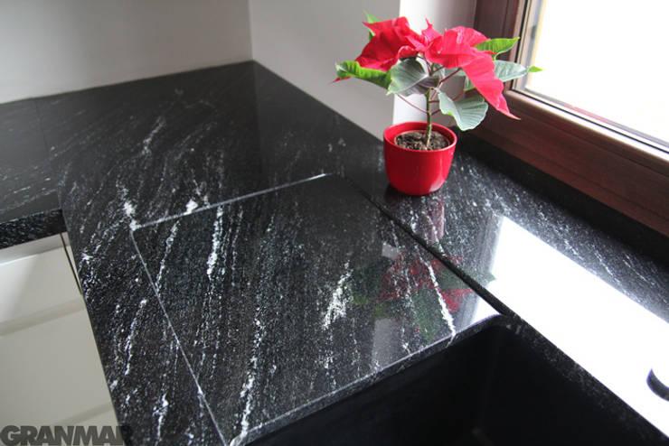 Via Lactea granit naturalny - GRANMAR Sp. z o. o. : styl , w kategorii Kuchnia zaprojektowany przez GRANMAR Borowa Góra - granit, marmur, konglomerat kwarcowy,Nowoczesny