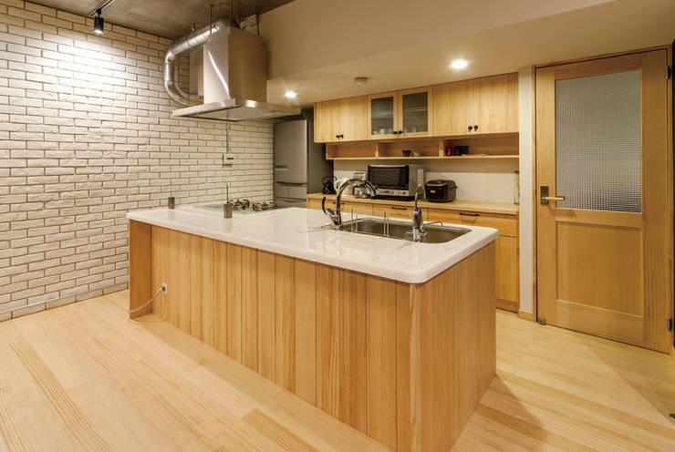 無垢材のアイランドキッチン: 株式会社 アポロ計画 リノベエステイト事業部が手掛けたキッチンです。,モダン