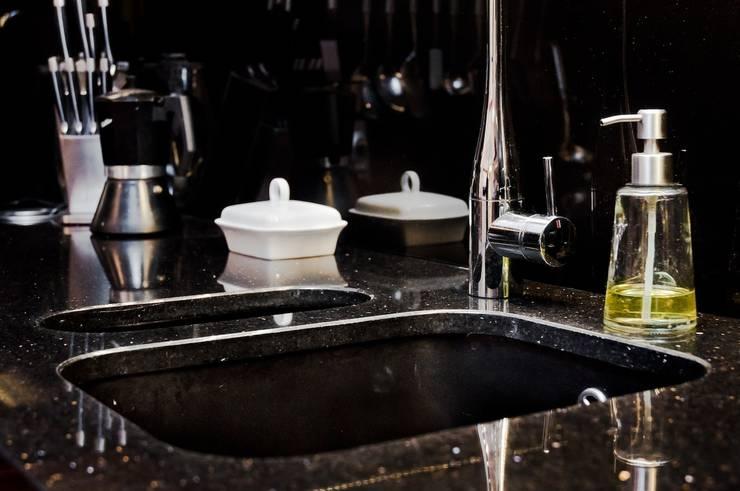 Zlew podwieszany, dwukomorowy - GRANMAR Sp. z o. o. : styl , w kategorii Kuchnia zaprojektowany przez GRANMAR Borowa Góra - granit, marmur, konglomerat kwarcowy