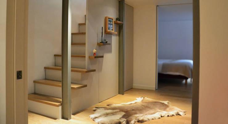 Escalier - Maison Paris 15e: Couloir et hall d'entrée de style  par A comme Archi