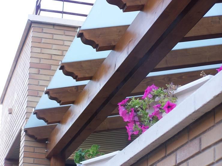 Pérgola de madera, techada con cristal mateado: Jardines de estilo  de Madera Garden