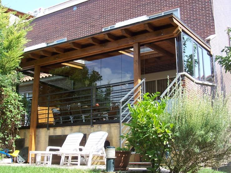Porche de madera adosado a la vivienda: Jardines de estilo  de Madera Garden