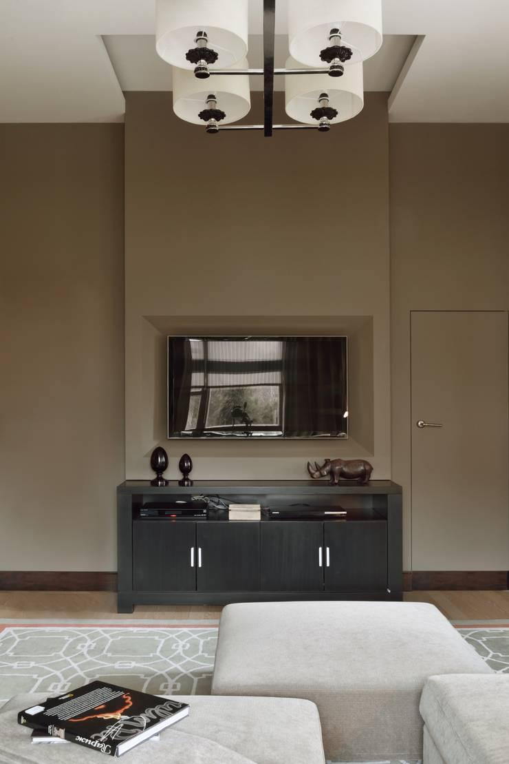 Загородный дом в современном стиле: Медиа комнаты в . Автор – ANIMA