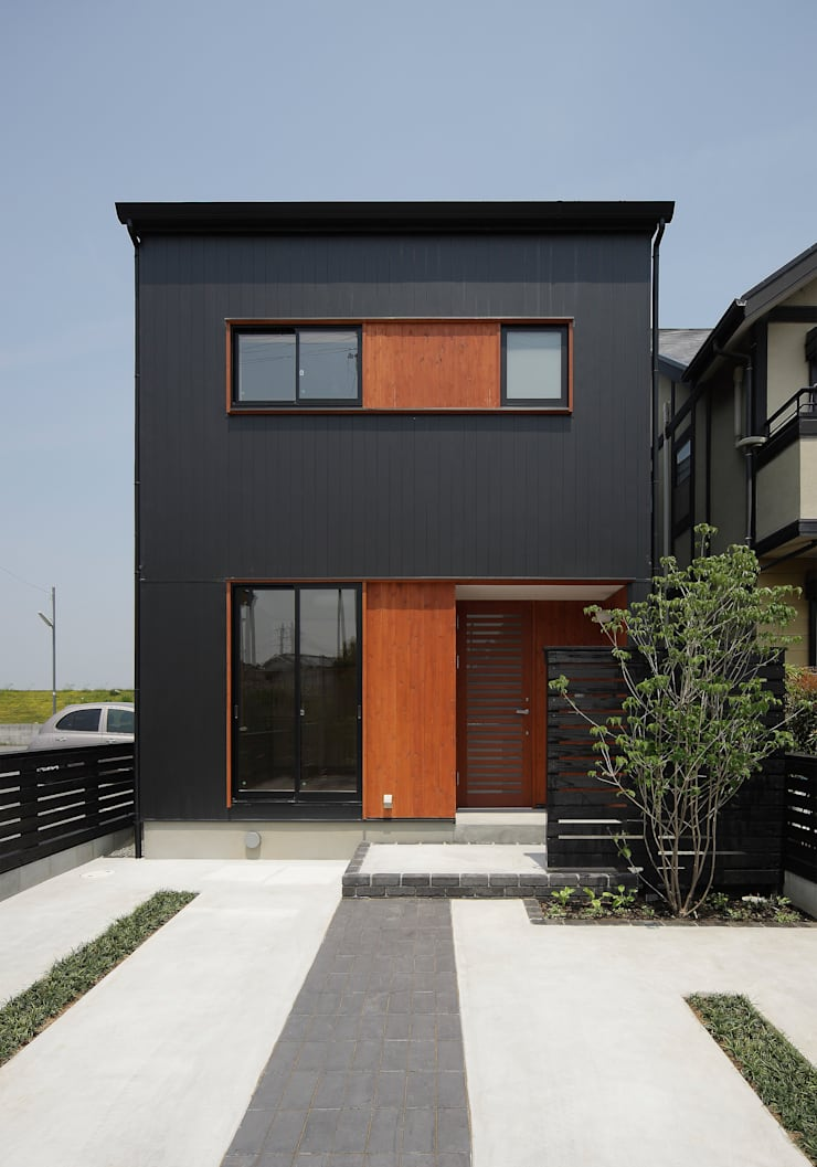 アプローチ側外観: 芦田成人建築設計事務所が手掛けた家です。