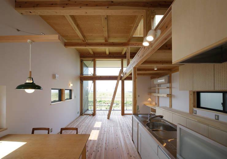 リビングダイニング: 芦田成人建築設計事務所が手掛けたリビングです。