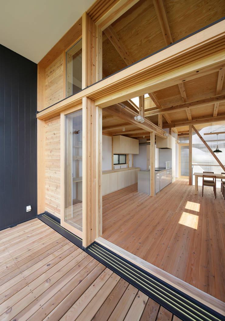 奥行きの深いバルコニー: 芦田成人建築設計事務所が手掛けたテラス・ベランダです。