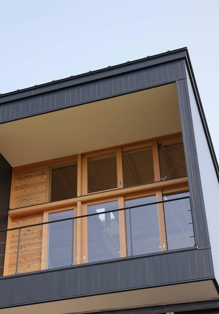 バルコニー: 芦田成人建築設計事務所が手掛けた庭です。