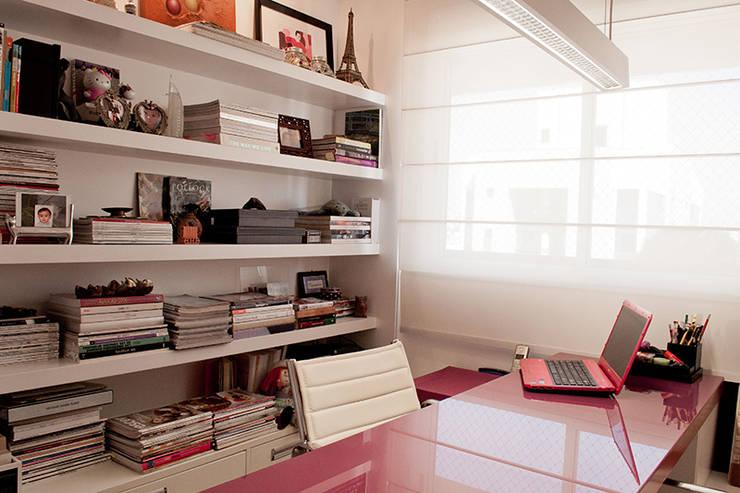 Projekty,  Domowe biuro i gabinet zaprojektowane przez AWDS Arquitetura e Design de Interiores
