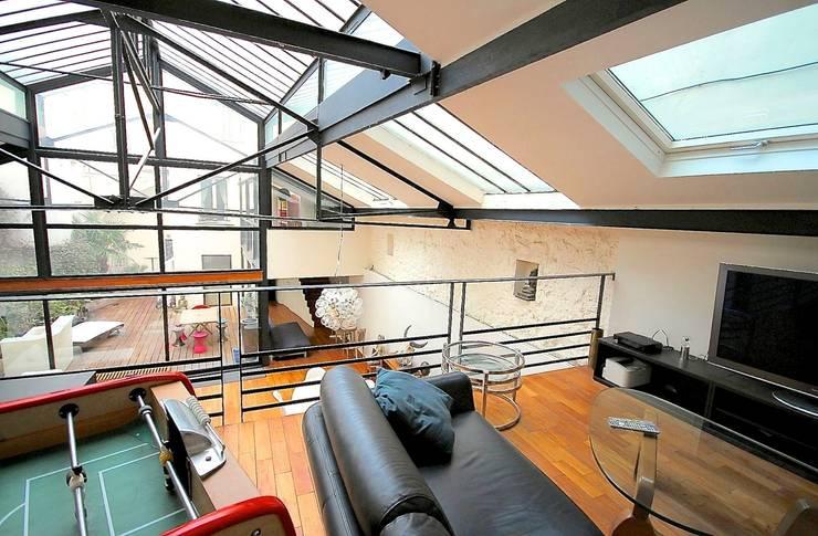 Transformation ferronnerie en Loft/maison de ville: Salon de style de style Moderne par Selig&Renault