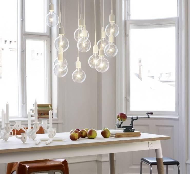 E27 - Lampada a Sospensione - Muuto: Soggiorno in stile  di MOHD - Mollura Home and Design