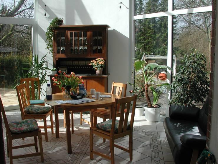 Anbau eines Wintergartens an ein Einfamiliehaus mit energetischer Gebäudesanierung:  Wintergarten von Architekt R-M Birkner