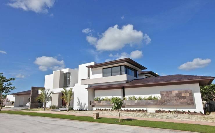 CO 18: Casas de estilo moderno por AMEC ARQUITECTURA