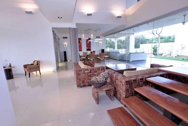 CO 40: Pasillos y recibidores de estilo  por AMEC ARQUITECTURA