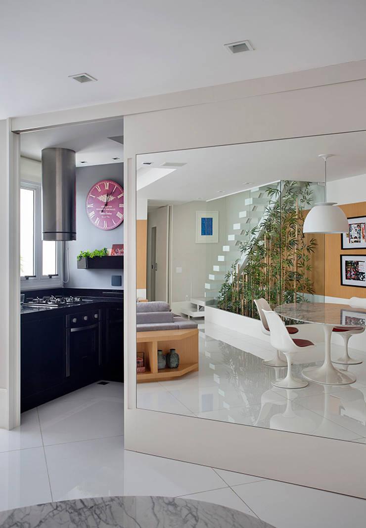 Cobertura Duplex Edificio Mandarim – Condomínio Peninsula Cozinhas modernas por Cadore Arquitetura Moderno