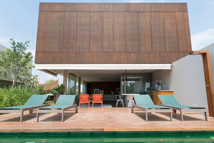 Casa Boa Vista : Piscinas  por Triplex Arquitetura