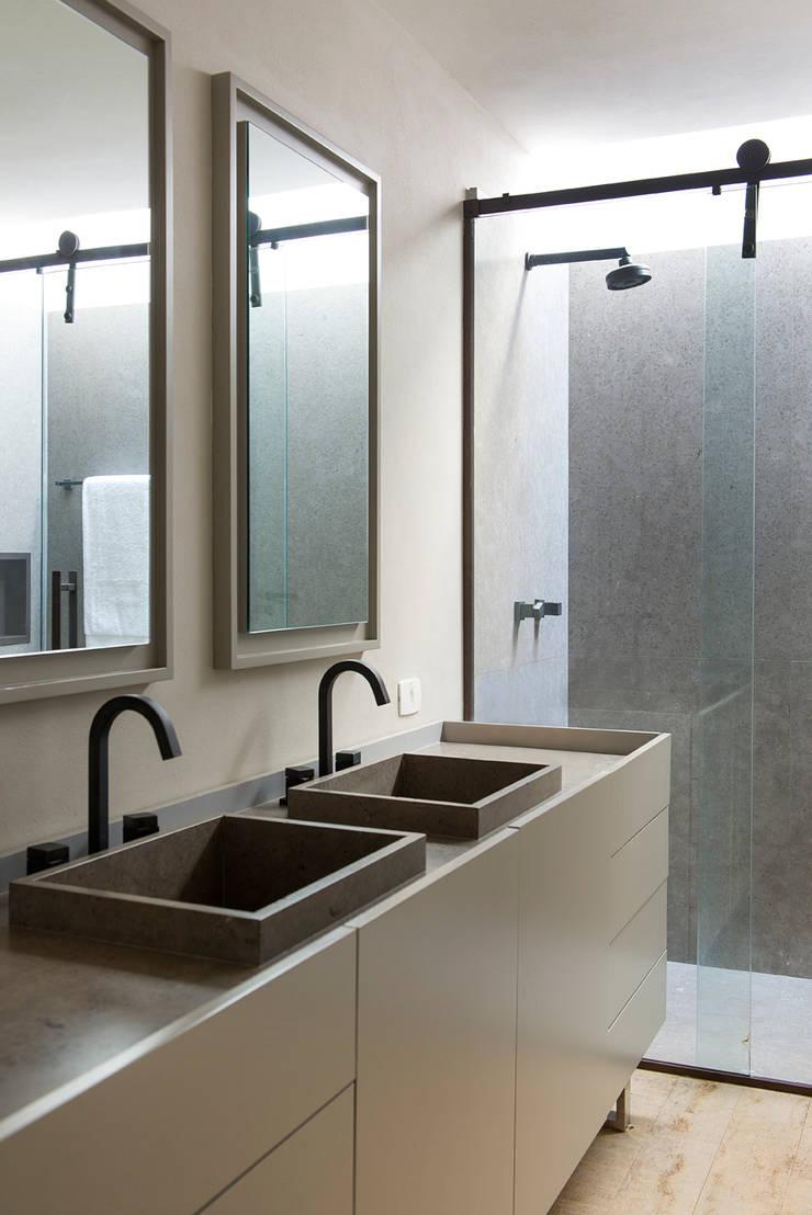 Casa Boa Vista : Banheiros  por Triplex Arquitetura