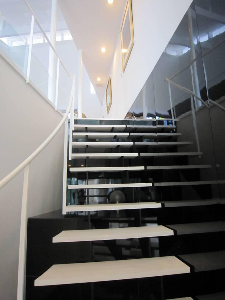 階段: space craftが手掛けた廊下 & 玄関です。