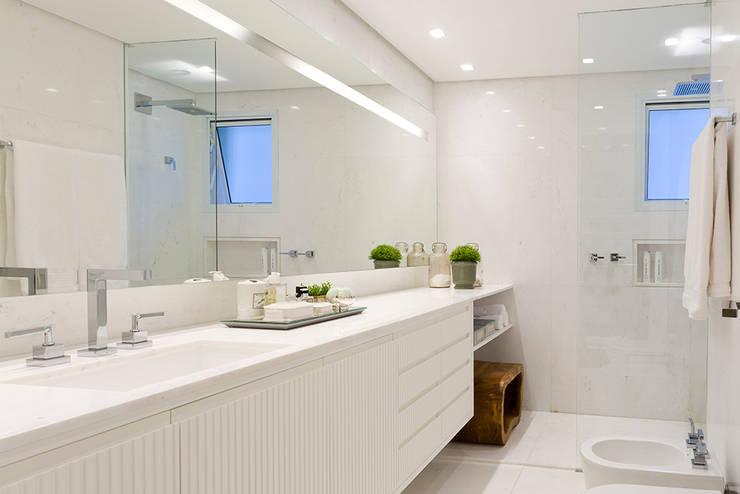 Apartamento Cidade Jardim : Banheiros  por Triplex Arquitetura