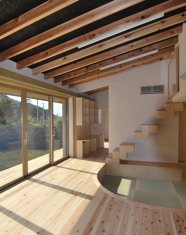茶畑の家: 原 空間工作所 HARA Urban Space Factoryが手掛けた窓&ドアです。,