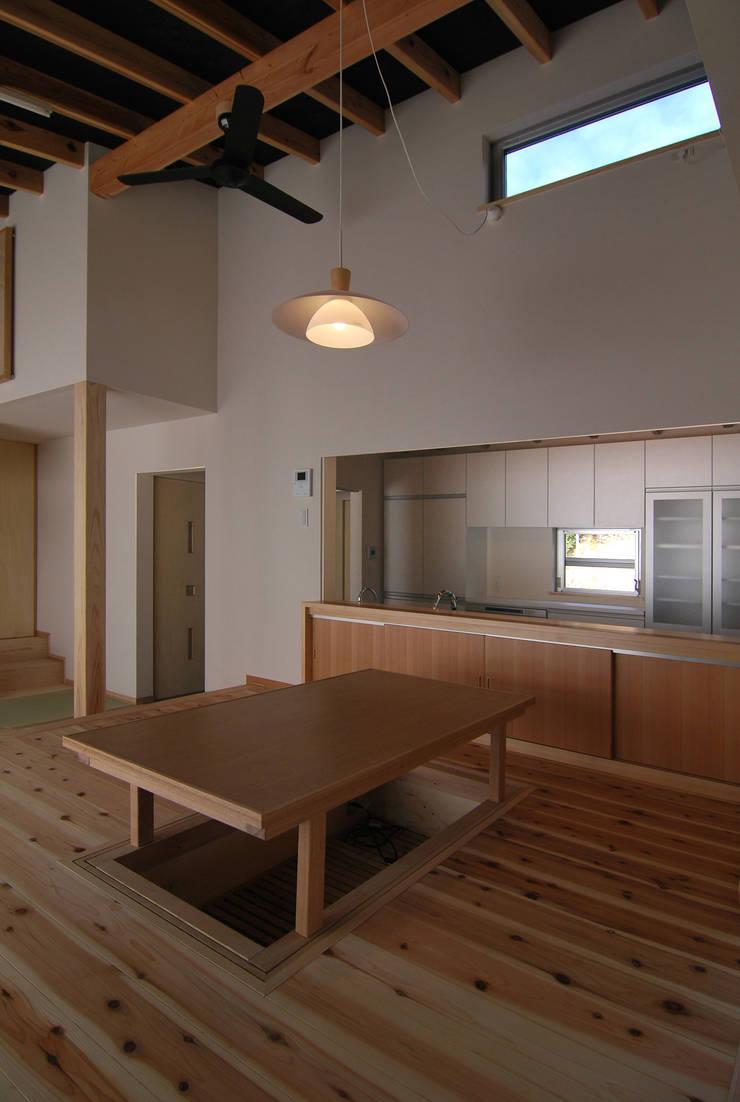 茶畑の家: 原 空間工作所 HARA Urban Space Factoryが手掛けたダイニングルームです。,