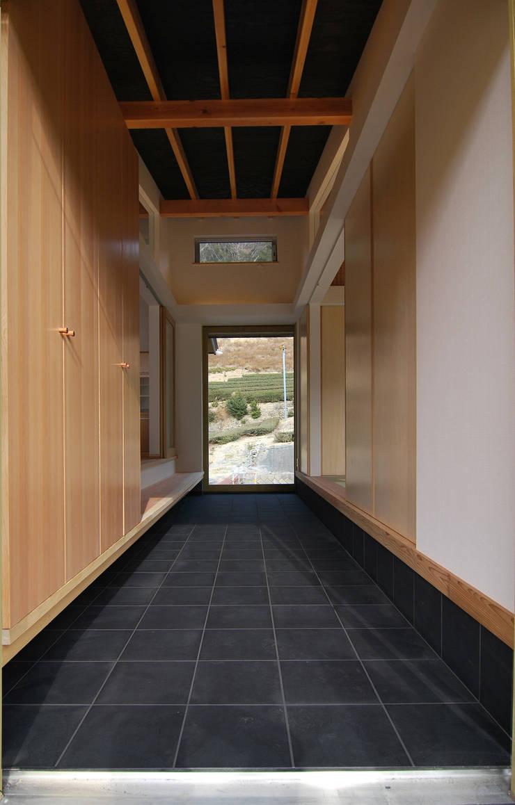 土間: 原 空間工作所 HARA Urban Space Factoryが手掛けた玄関&廊下&階段です。,