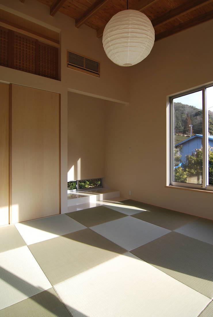 和室畳: 原 空間工作所 HARA Urban Space Factoryが手掛けた壁&床です。,